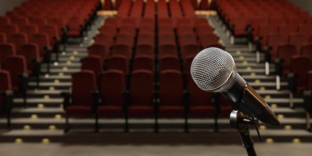 Close do microfone em um teatro com assentos desfocados ao fundo
