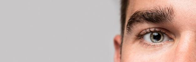Close do olho do homem bonito com espaço de cópia