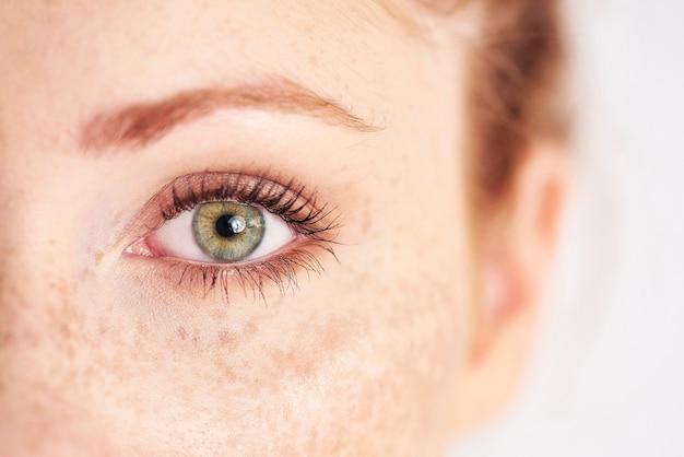 Close do olho verde, esquerdo, humano