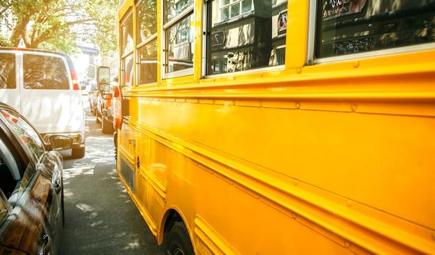 Close do ônibus escolar amarelo clássico estacionado na rua da cidade de nova york