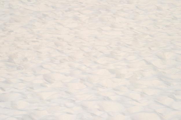 Close do padrão de areia de uma praia no verão