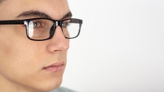 Close do rosto de homem com óculos e cópia espaço