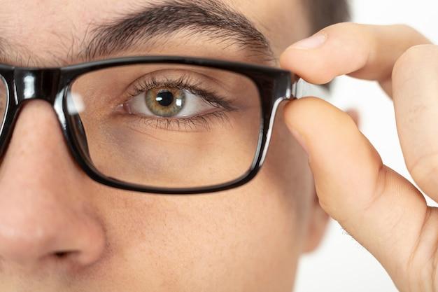 Close do rosto de homem com óculos