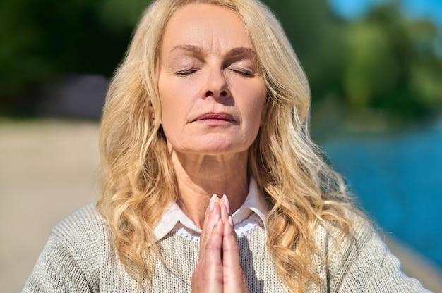 Close do rosto de uma mulher com os olhos fechados