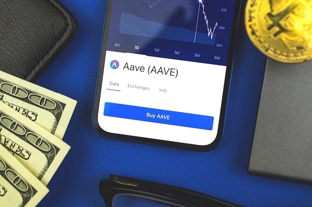 Close do símbolo da criptomoeda aave exibido na tela, plano de fundo financeiro da empresa, foto da vista superior