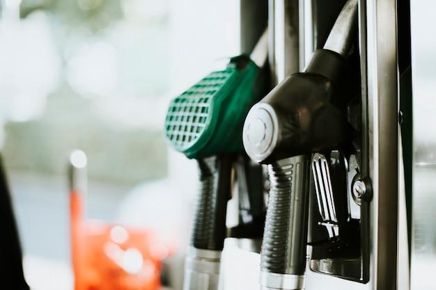 Close dos bocais de combustível em um posto de gasolina