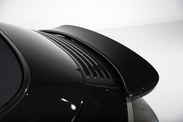 Close dos detalhes externos de um carro preto moderno