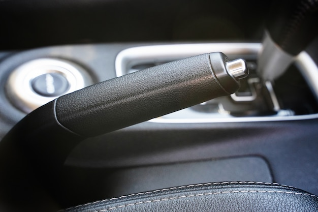 Close dos elementos internos do carro do botão do freio de mão para parar o carro