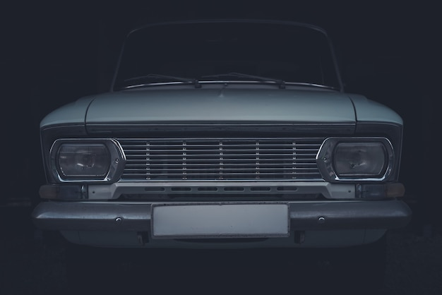 Close dos faróis dianteiros e da grade de um vintage soviético