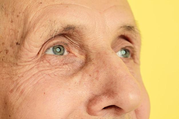Close dos olhos do homem sênior