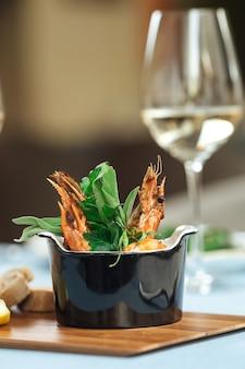 Close em camarão gambas pil-pil prato espanhol na mesa do restaurante