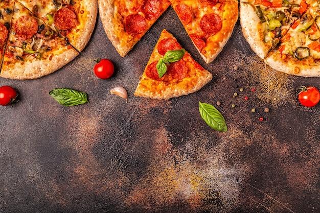 Close em conjunto de diferentes pizzas