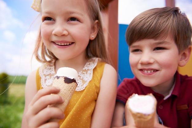 Close em crianças felizes tomando sorvete