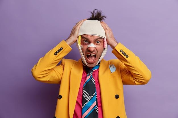 Close em homem ferido com hematoma escuro sob os olhos e concussão cerebral, usa bandagem