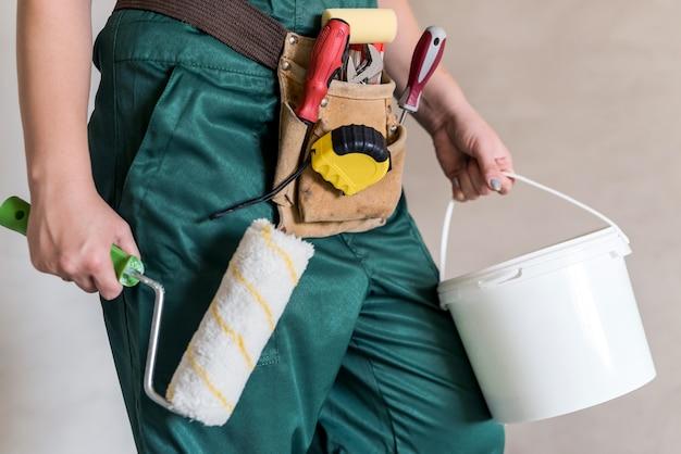Close em instrumentos de pintura em mãos femininas