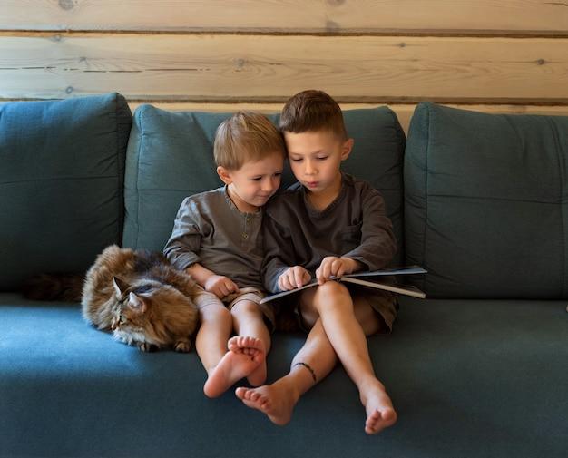 Close em meninos sentados no sofá