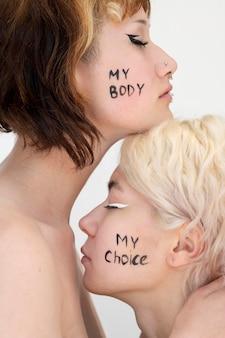 Close em mulheres expressando mensagem de revolução