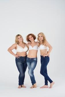 Close em mulheres maduras vestindo jeans
