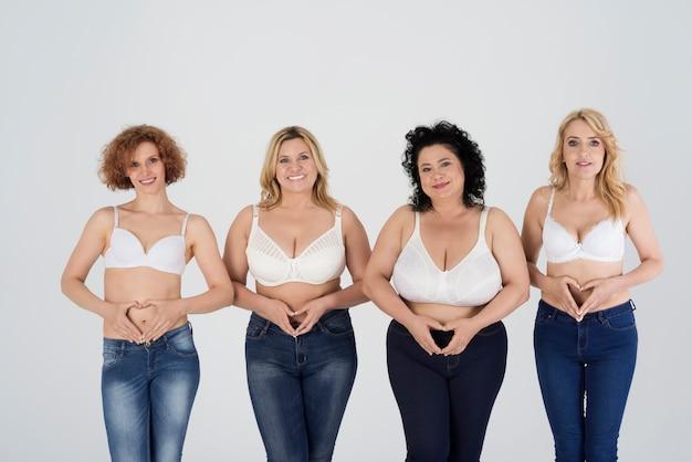 Close em mulheres maduras vestindo jeans Foto gratuita