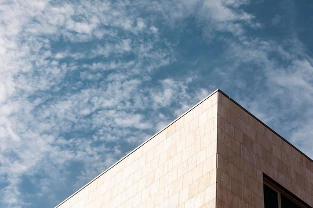 Close em um prédio alto contra o céu