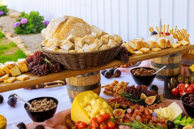 Close em várias porções de comida para aperitivos