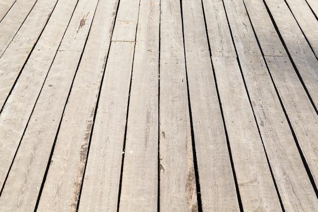 Close fotografado do piso de madeira da estrutura, como um gazebo localizado ao ar livre