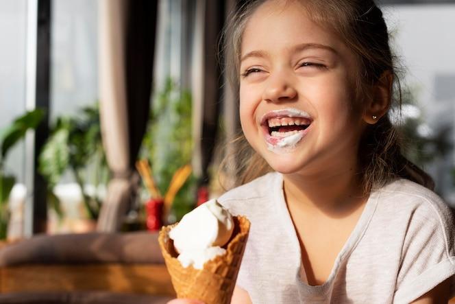 Close garota tomando sorvete