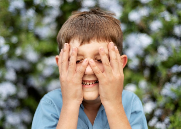 Close garoto cobrindo o rosto