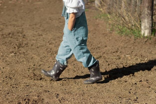 Close garoto usando botas