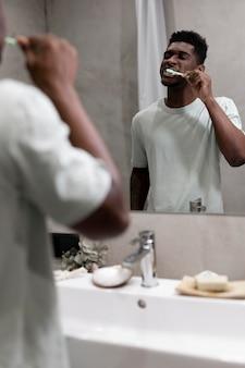 Close homem escovando os dentes