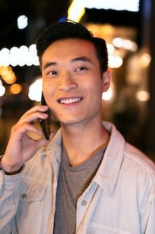 Close homem falando no telefone
