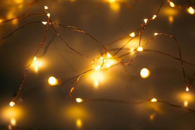 Close horizontal em guirlanda de cobre brilhante com luz quente