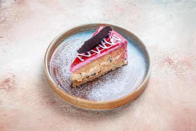 Close lateral de um prato de bolo apetitoso com chocolate