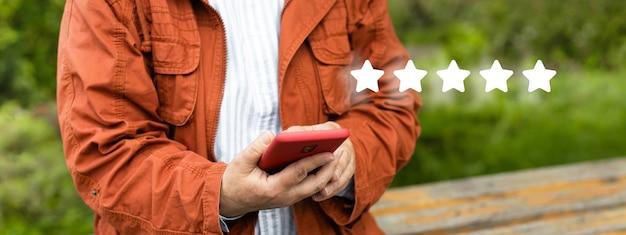 Close na avaliação do usuário do cliente para a experiência do serviço na avaliação do cliente do aplicativo online