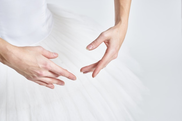 Close na bailarina dançando tutu