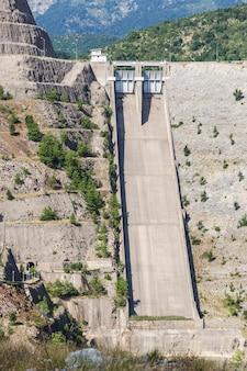 Close na barreira da barragem vazia nas montanhas