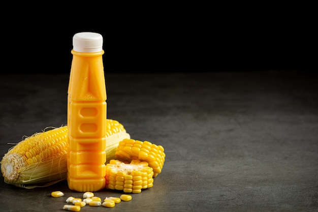 Close na garrafa de suco de milho pronto para comer