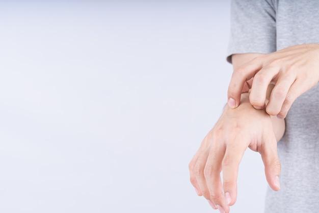 Close na mão masculina coçando a mão