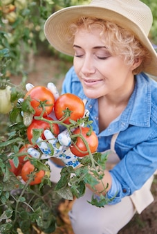 Close na mulher cuidando do jardim dela