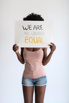 Close na mulher expressando a mensagem da revolução