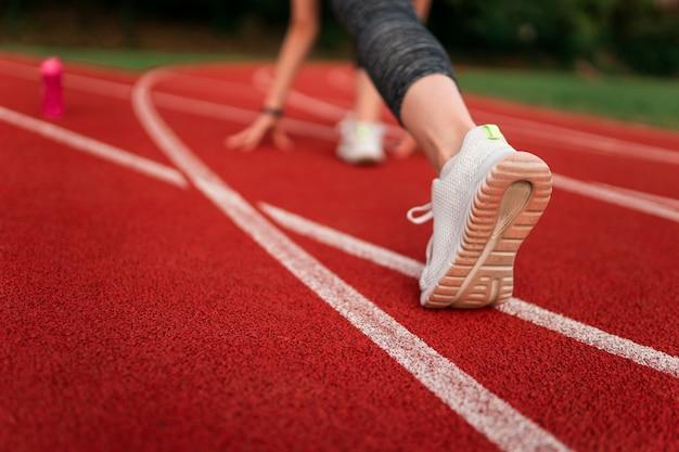 Close na mulher se preparando para correr