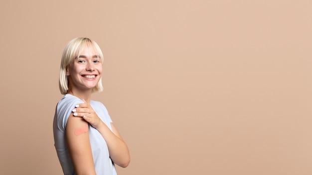 Close na pessoa após ser vacinada