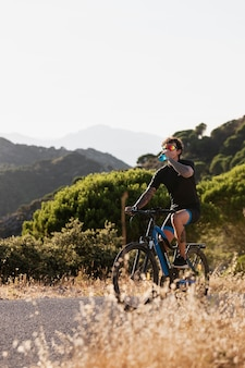 Close na pessoa com bicicleta elétrica