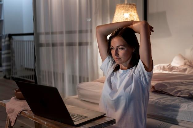 Close na pessoa trabalhando em casa à noite