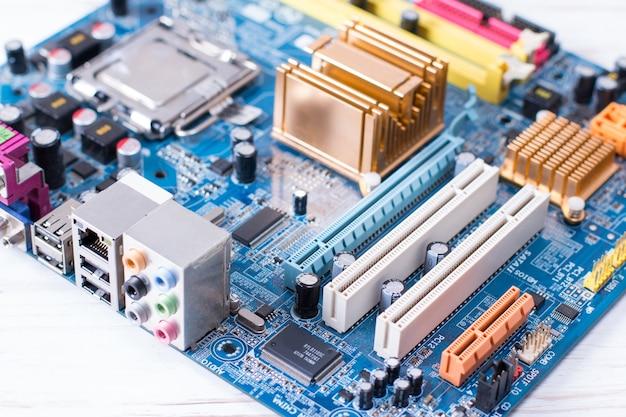 Close na placa eletrônica na oficina de conserto de hardware