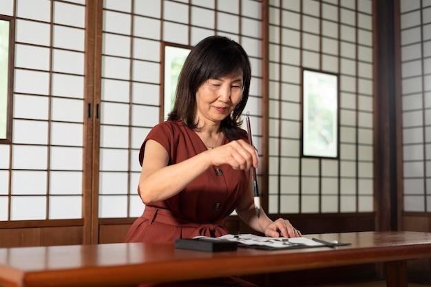 Close na professora fazendo caligrafia japonesa, chamada shodo