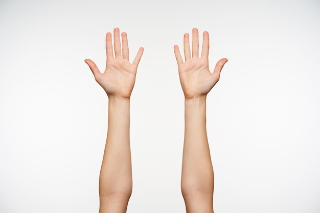 Close nas mãos levantadas de mulheres de pele clara