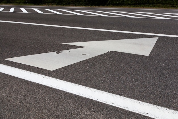 Close nas marcações brancas na estrada