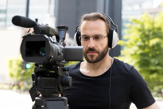 Close no cameraman fazendo seu trabalho