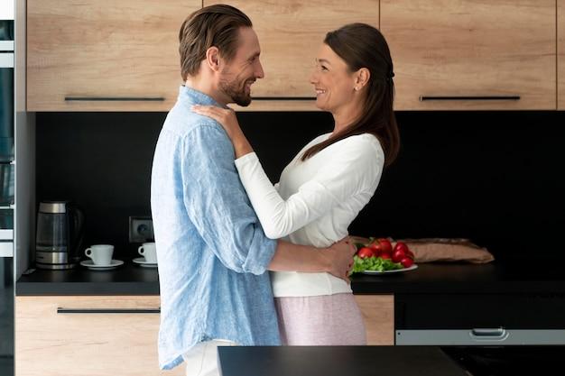 Close no casal em casa compartilhando momentos de ternura